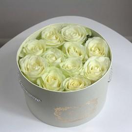 Baltos rožės dėžutėje